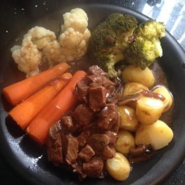 Braised beef dinner: Lean beef (P) braised in gravy (1.5) with onion(S) and mushroom (S), served with potatoes (F), carrots (S), broccoli (S) and cauliflower (S)