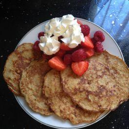 Single-syn banana pancakes: Mashed banana (4), eggs (P), cinnamnon (F) https://kellsslimmingworldadventure.wordpress.com/2015/05/13/recipe-single-syn-pancakes/